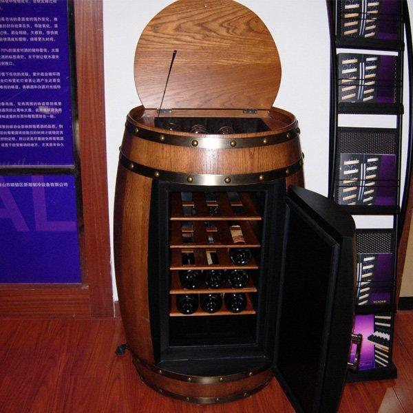 cave à vin dans un tonneau en bois